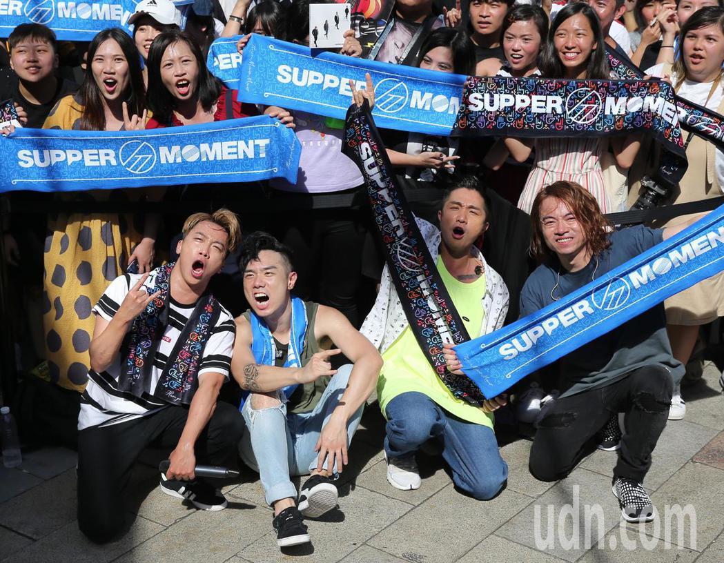 Supper Moment在西門舉辦簽唱會,Sunny(前左起)、CK、阿達與阿...
