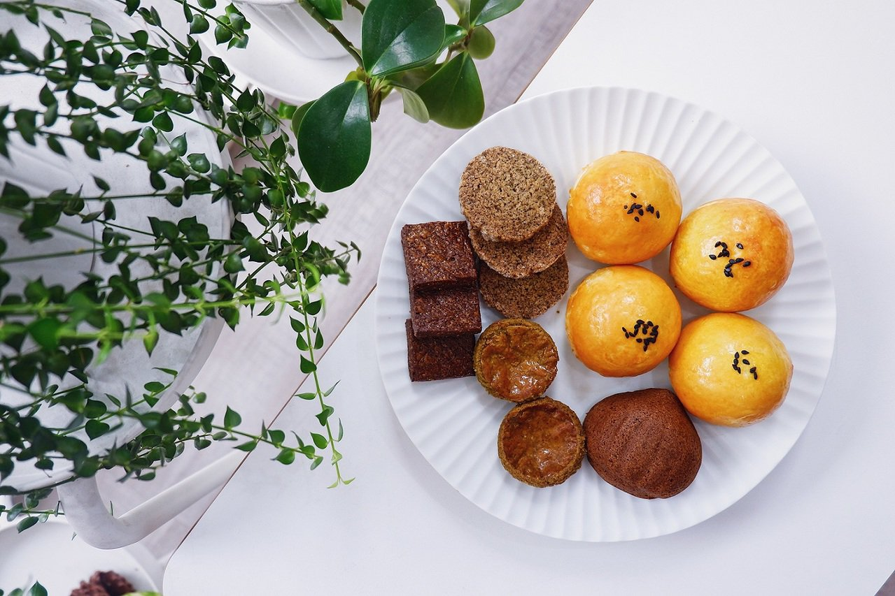 稻町森法式甜點舖獨家組合「肖郎中秋禮盒」,包含蛋黃酥及小茶點,獨家價420元。圖...