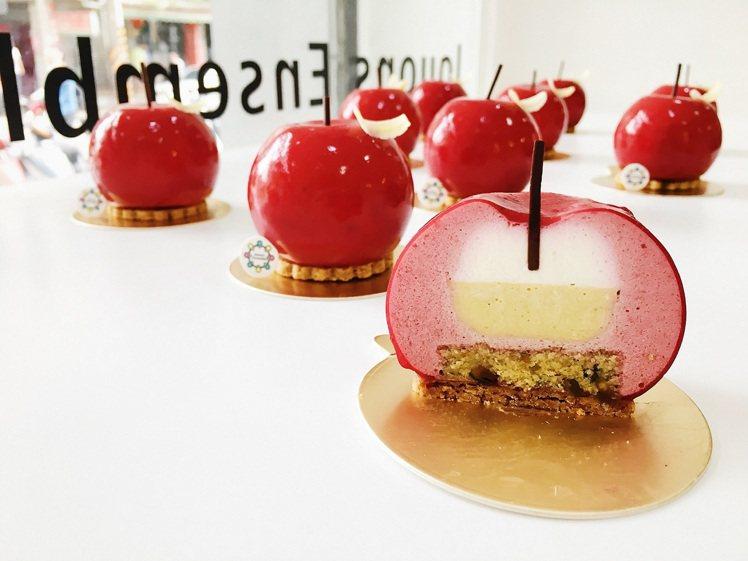 稻町森法式甜點舖「蘋果好調皮」,覆盆子慕斯包覆著蜜桃白乳酪、開心果奶餡,單個20...