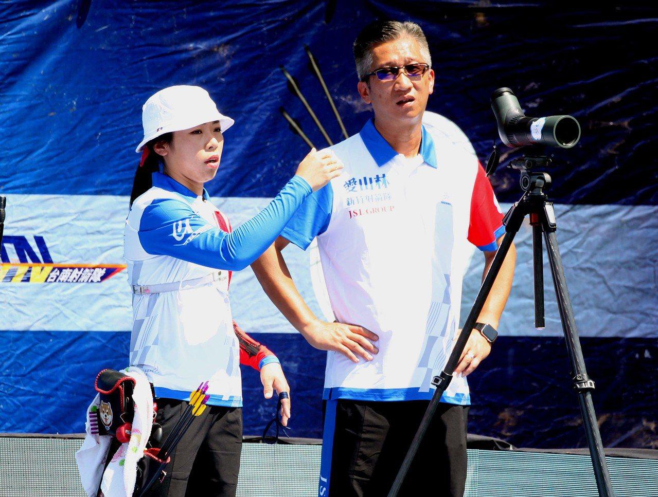 譚雅婷與教練倪大智。圖/中華企業射箭聯盟提供