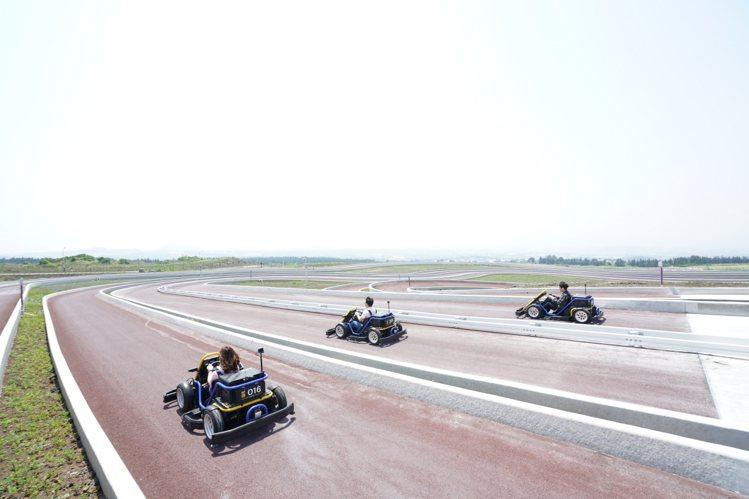 在寬廣的賽道上,可以挑戰與好友競技的賽事。圖/9.81重力賽車公園提供