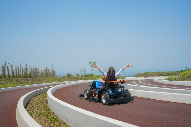 除了單人車型,也有適合雙人乘坐的雙人款賽車。圖/9.81重力賽車公園提供