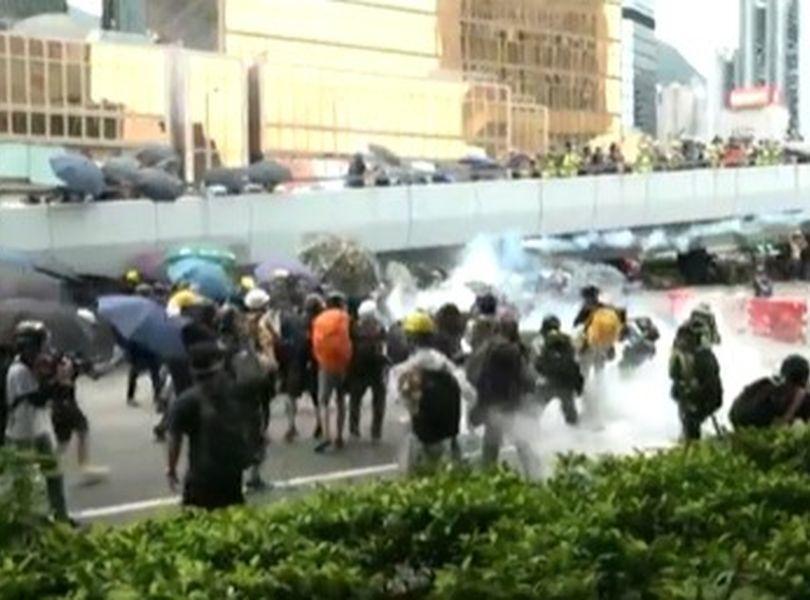 香港831游行爆冲突,警方多次发射催泪弹驱散示威者。图/取自星岛网