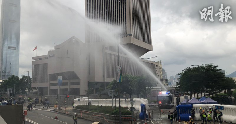 香港警民冲突升级,港警水炮车发射水柱驱散示威者。取自香港明报