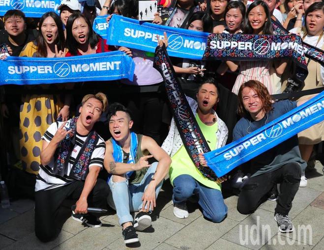 Supper Moment在西門舉辦簽唱會,Sunny(前左起)、CK、阿達與阿