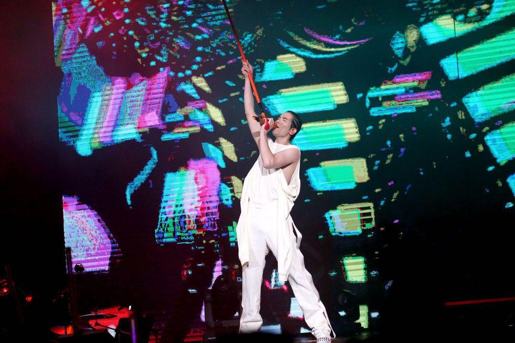 蕭敬騰在「娛樂先生」世界巡演香港站中,特別換上JW ANDERSON 2020春