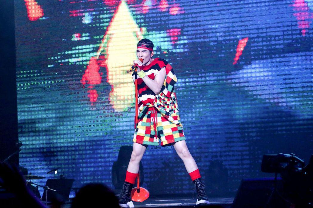 蕭敬騰在「娛樂先生」世界巡演香港站中,特別換上JW ANDERSON 2020春...