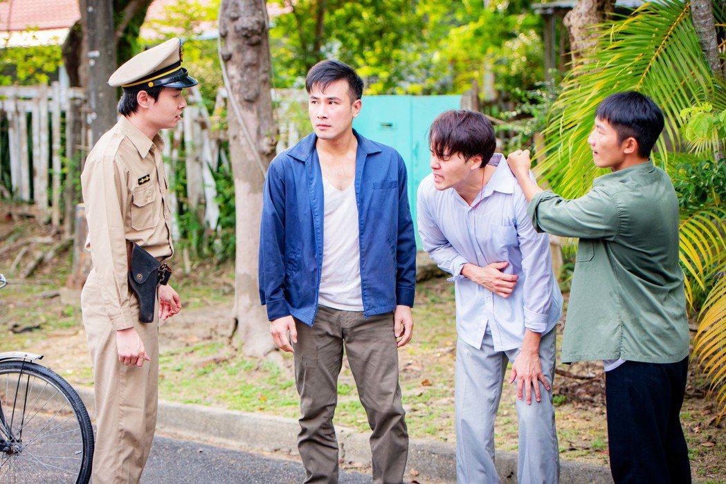 蔡昌憲(右起)誤會黃文星偷抱小孩報警處理。圖/公視提供