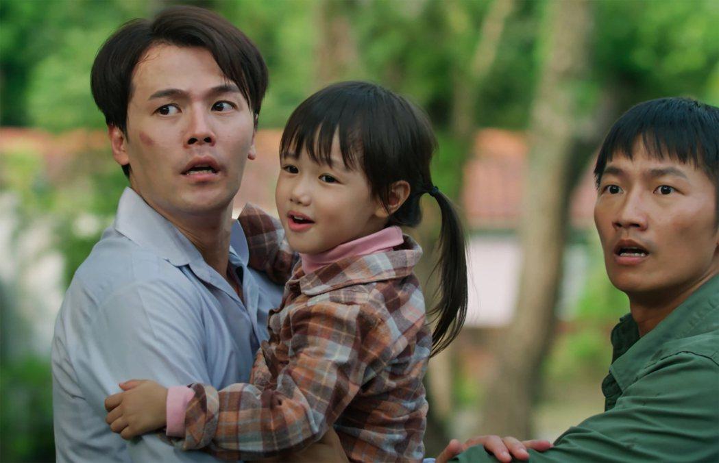 蔡昌憲(右)以為黃文星偷抱小孩。圖/公視提供