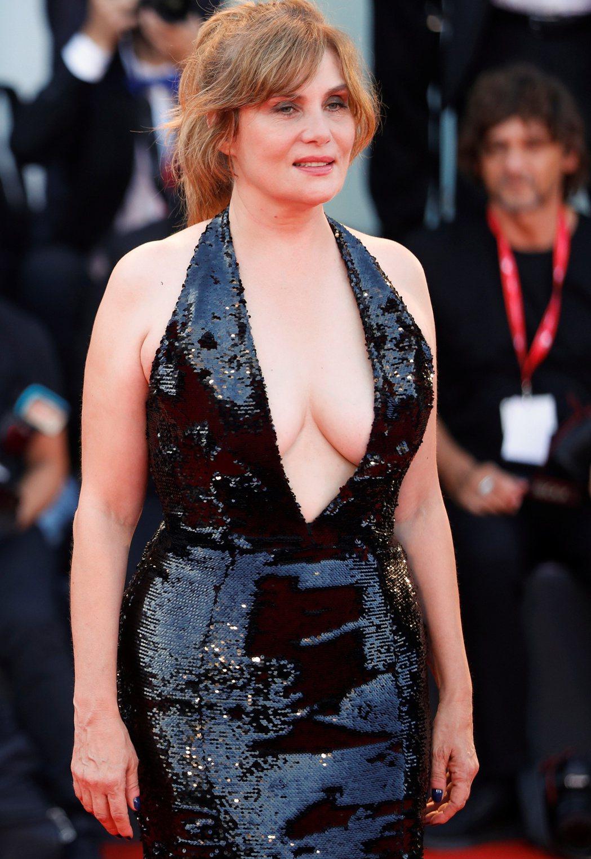 爭議名導羅曼波蘭斯基的演員妻子艾曼紐塞涅代夫出征威尼斯,卻穿了超清涼的爆乳禮服。...
