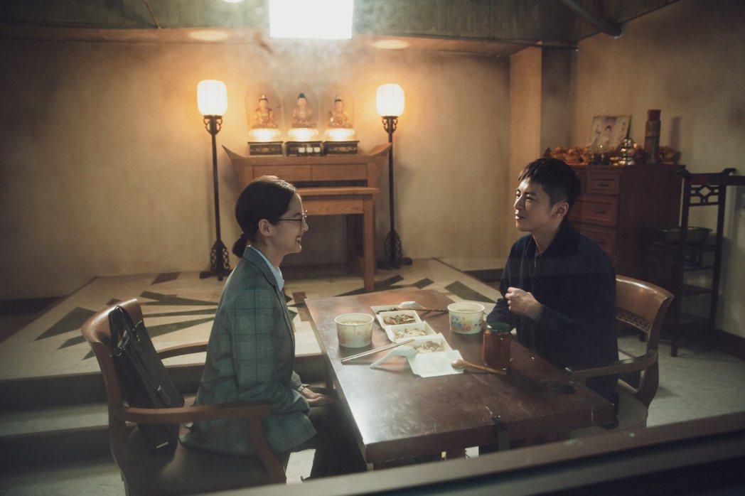 李國毅(右)、簡嫚書在靈堂前吃米粉湯。圖/LINE TV提供