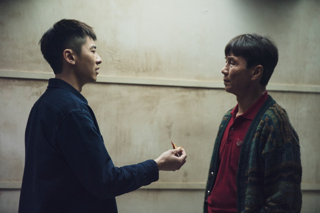 李國毅(左)終於見到爸爸的靈魂。圖/LINE TV提供
