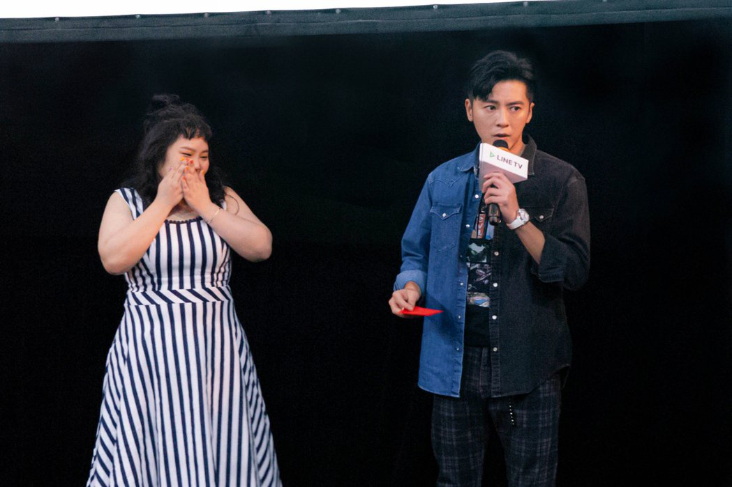 李國毅(右)在粉絲見面會上,送給戲中員工大文一個紅包,讓她超感動。圖/LINE ...