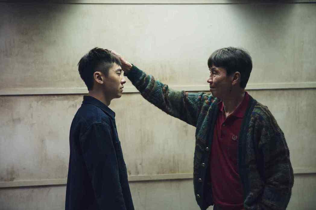 李國毅(左)受到飾演爸爸的太保肯定。圖/LINE TV提供
