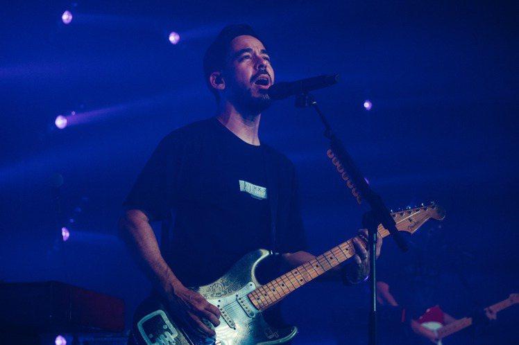 「聯合公園」成員麥可Mike Shinoda闊別6年再度造訪台灣,31日在ATT SHOW BOX大直館舉辦小型演唱會,吸引約1100名歌迷到場朝聖,票房約356萬,麥可一登場就帶來歌曲「Petri...