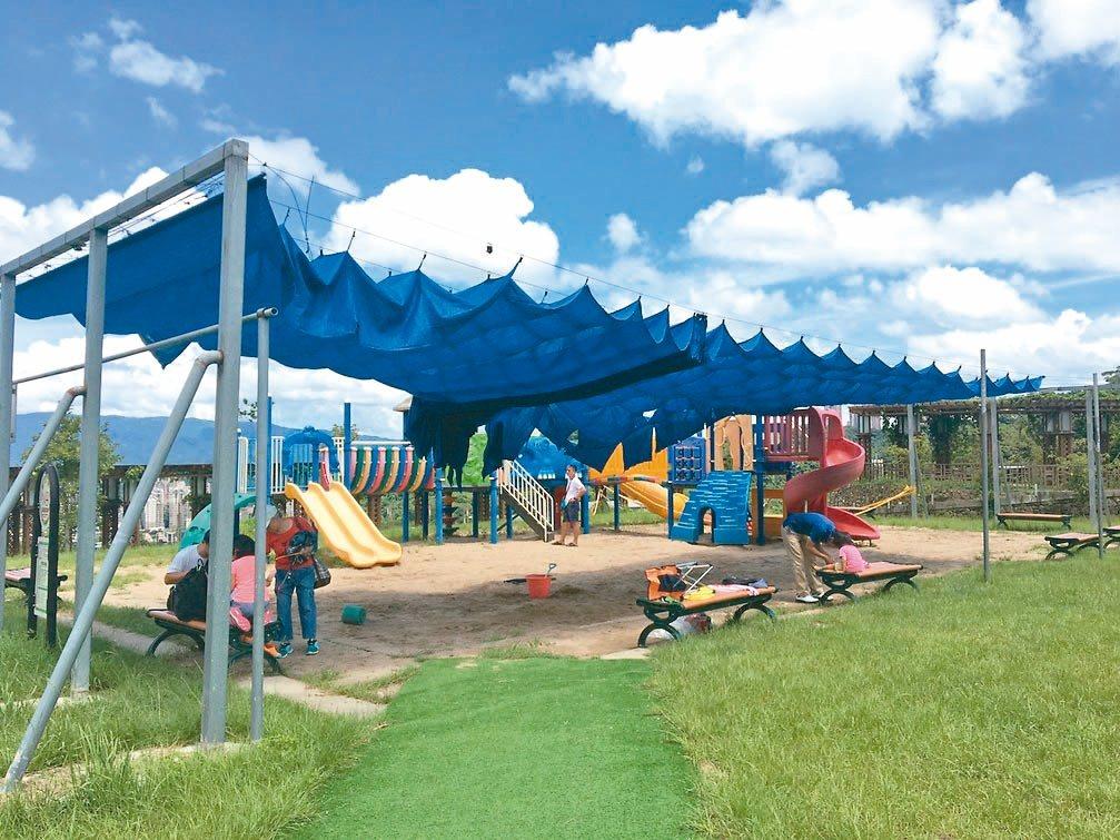 遮陽的沙池讓小朋友玩得不亦樂乎,還有可盡情奔跑的草坪。 記者郭頤/攝影