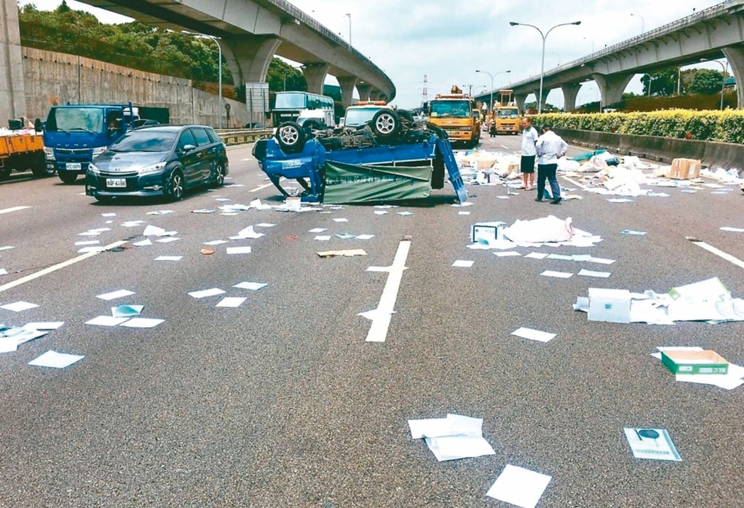 國道散落物問題嚴重,提高國道行車的風險。 圖/國道公路警察局提供