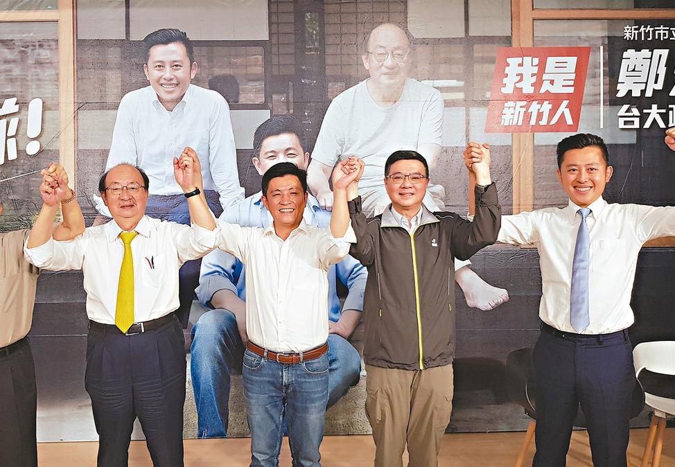 民進黨主席卓榮泰(右二)昨參加新竹市立委參選人鄭宏輝競選辦公室成立記者會。 記者...
