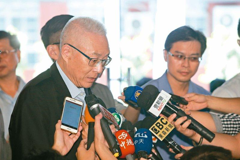 國民黨主席吳敦義(左)昨天提到,總統選舉除了國、民兩黨提名人選外,如果出現原來是國民黨的黨員,「一方面是意外,一方面也實在令人不能夠不覺得煩惱」。 記者葉信菉/攝影