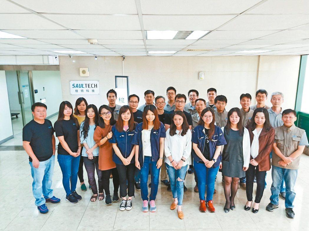 梭特科技創辦人兼技術長盧彥豪與員工。