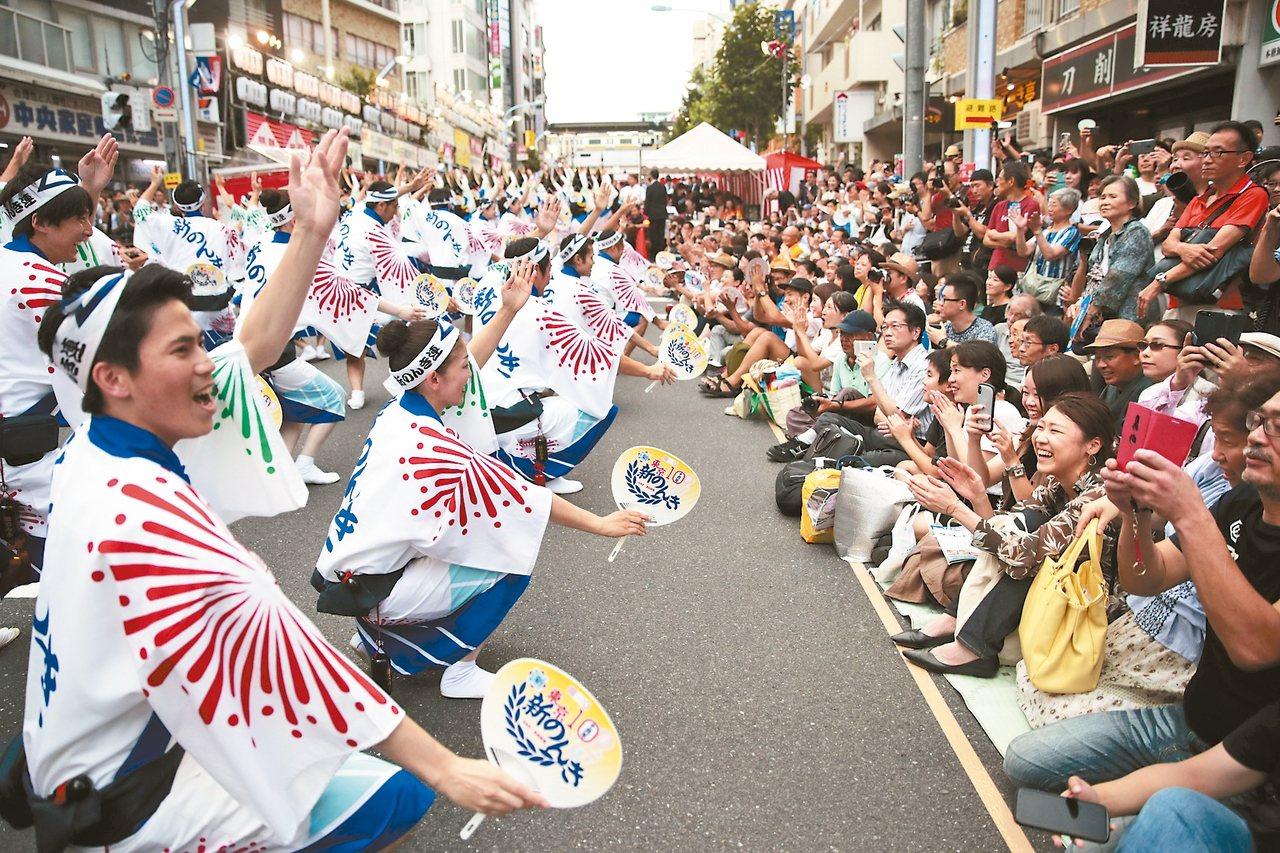 日本觀光十分迷人,但外國人要融入日本社會相當困難。圖為東京高圓寺阿波舞大會的街頭...