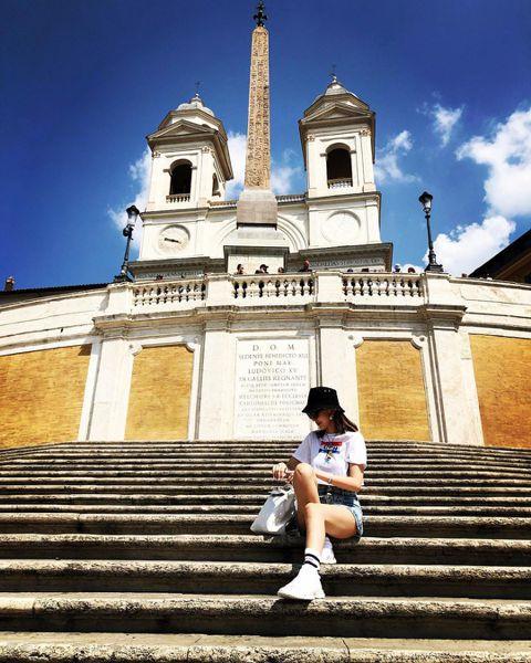 林志穎與老婆陳若儀近日到義大利度假,來到羅馬知名景點西班牙階梯,兩人都拍照留念,不過陳若儀坐在階梯的照片,則是違反當地的規定,被抓到最高會罰款400歐元(約1萬4千元台幣)。義大利羅馬的知名景點西班...
