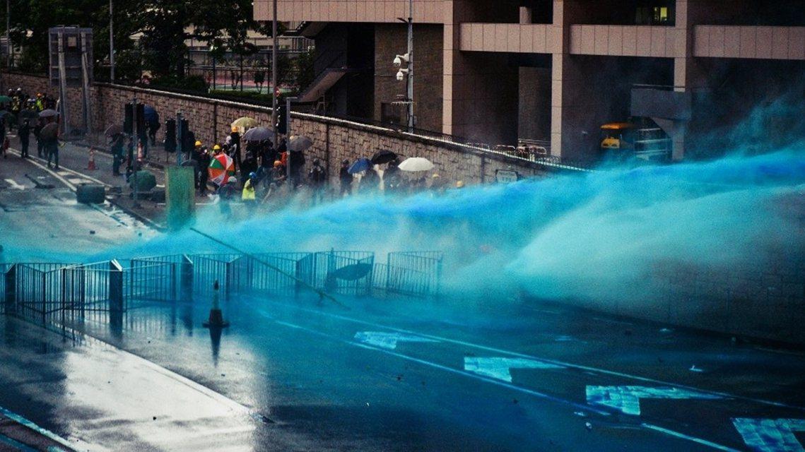 在金鐘的特區政府總部(政總)與立法會大樓一帶,警方向示威者開槍發射催淚彈,也有示...