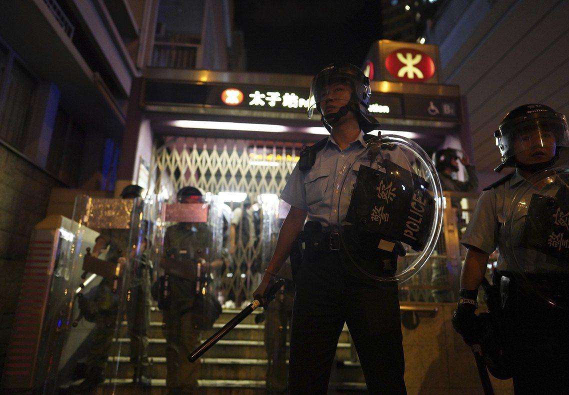 香港反送中31日再次爆發血腥暴力衝突。晚間在港鐵太子站,有大批鎮暴警察和速龍小隊...