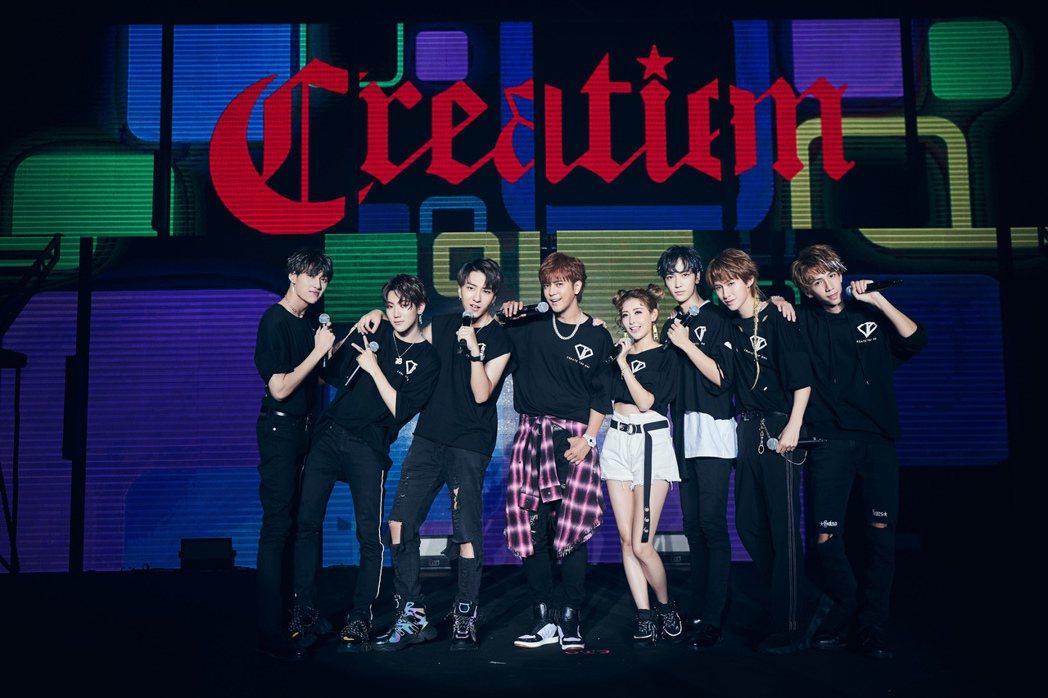C.T.O演唱會安可時,老闆小豬與師姐愷樂上台合唱創造力娛樂家族曲。圖/華貴娛樂