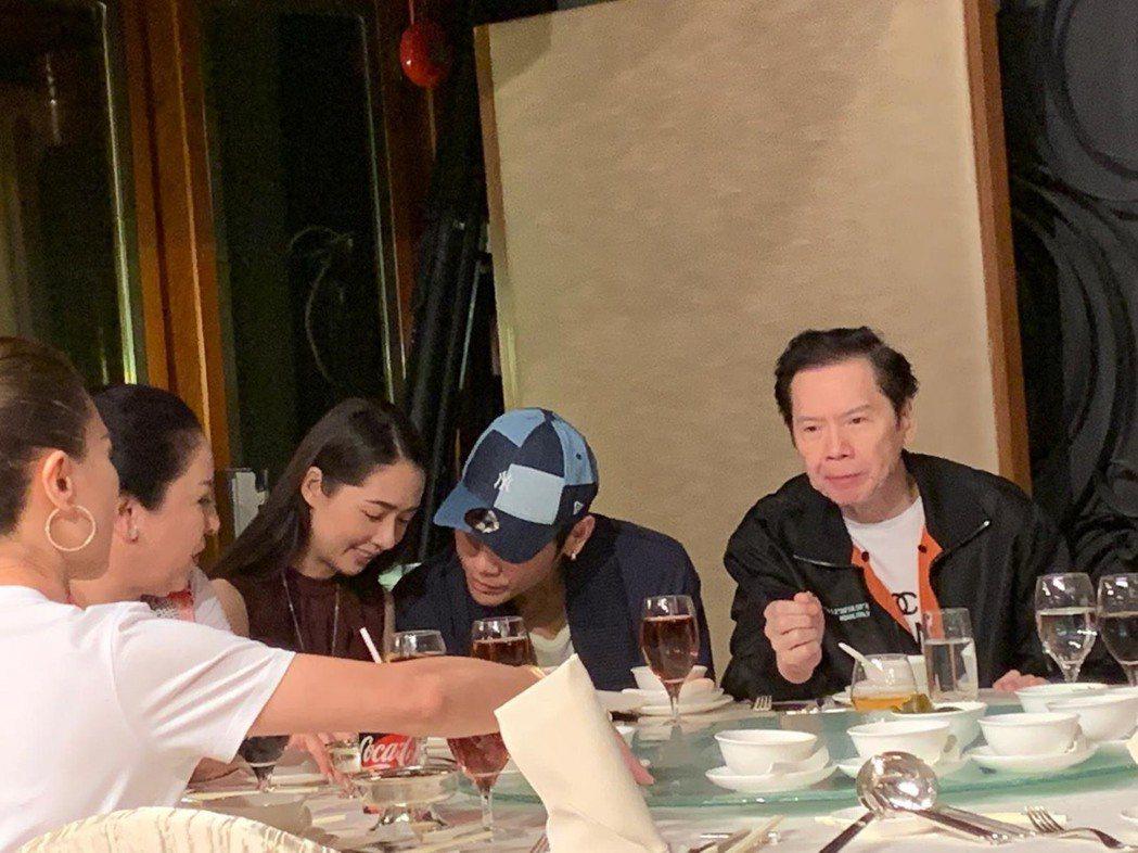 向佐(右二)不時與未婚妻郭碧婷交頭接耳。記者許晉榮/攝影