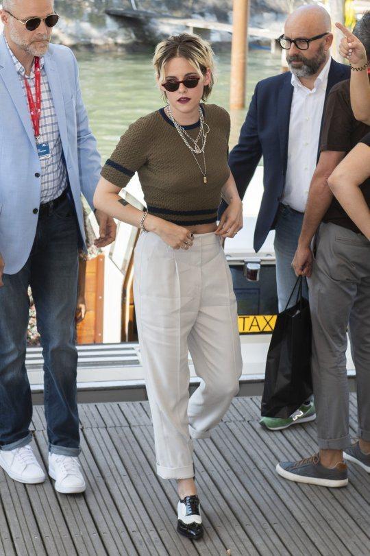 克莉絲汀史都華以香奈兒軍綠色針織上衣配白色老爺褲,展現出她最擅長詮釋的中性時尚感...