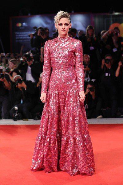 克莉絲汀史都華穿香奈兒高級訂製桃紅色禮服,亮片裝飾出閃耀光澤,細看每一片亮片還是...