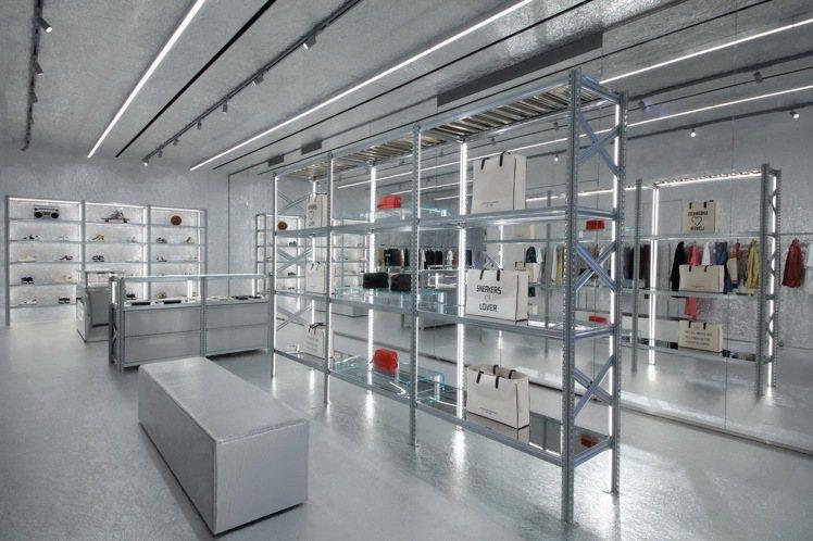 呼應品牌米蘭總部店櫃設計,46坪大的GGDB台北旗艦店也以銀色為店裝的主色系,打...