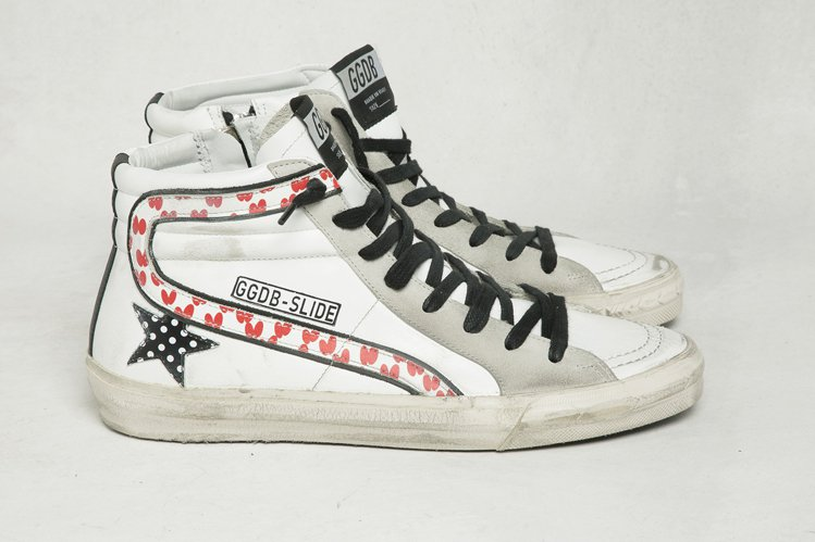 愛心圖案裝飾高統星星鞋,18,400元。圖/GGDB提供