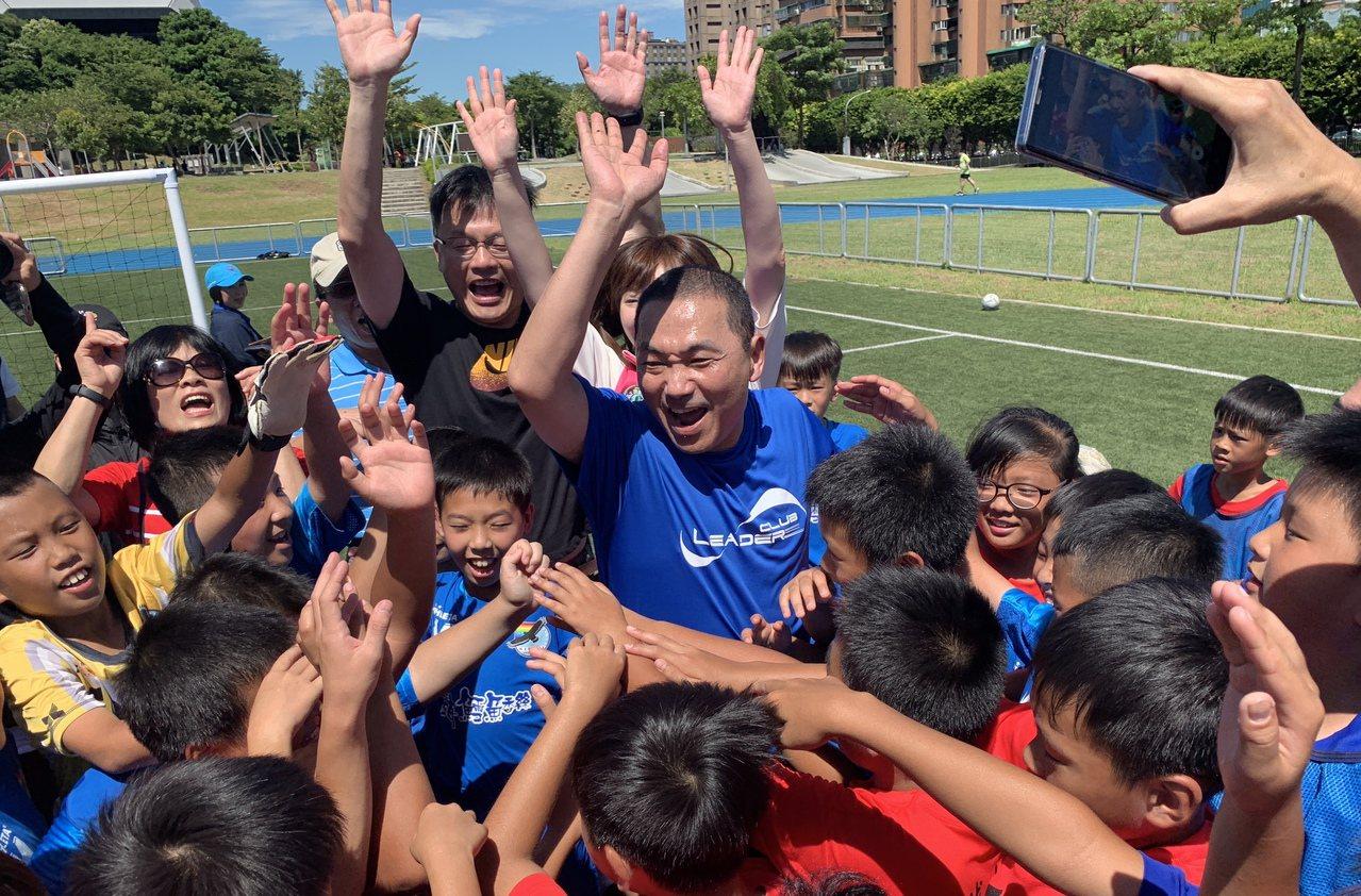 新北市長侯友宜今天上午到錦和運動公園與小朋友們一起踢足球。記者張曼蘋/攝影