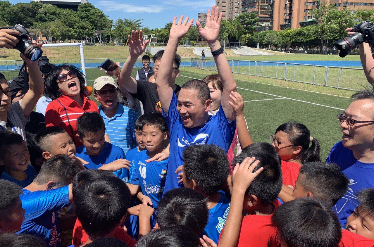 侯友宜今天上午到錦和運動公園踢足球,與小朋友們互相加油打氣。記者張曼蘋/攝影