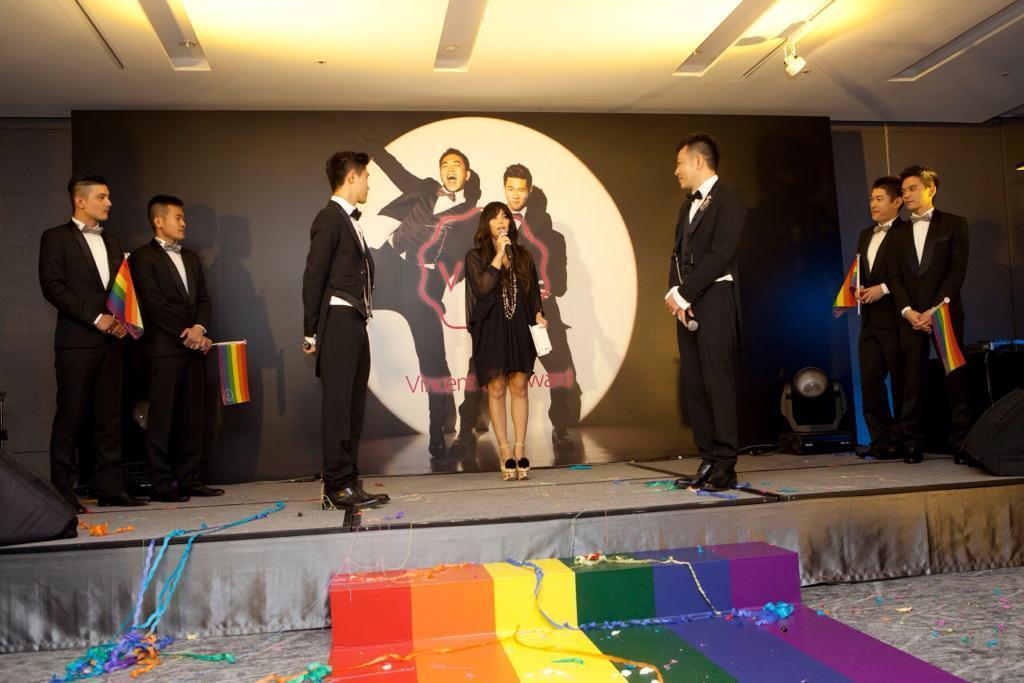 張惠妹(中)當年是蔣哥(左三)、小光(右三)婚禮的證婚人。圖/愛最大慈善光協會提