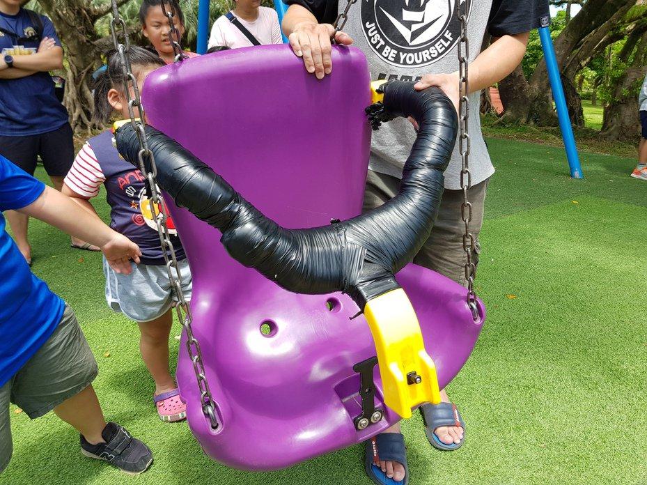 台北市南港公園兒童遊戲場在7月下旬翻新為「冒險森林」並開放使用,但北市議員李明賢今卻點出,遊具有防燙傷警語不夠明顯、座椅疑損壞被用膠帶纏繞等情況。記者翁浩然/攝影