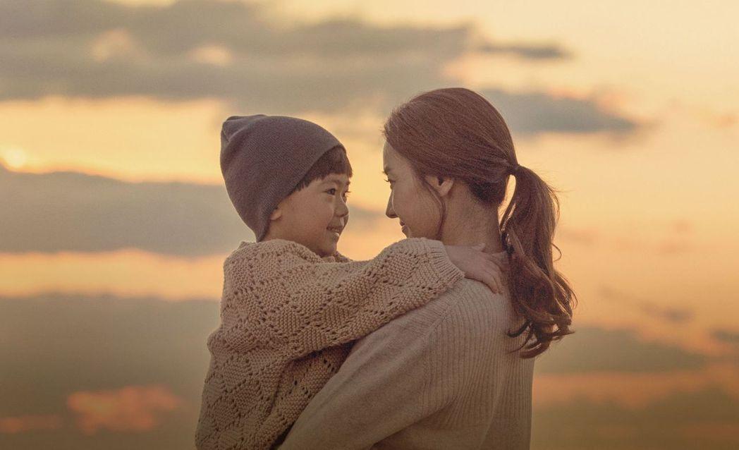 韓彩英(右)在「與神的約定」中上演感人母子情。圖/中天提供