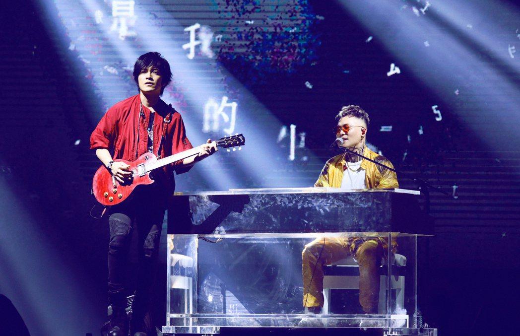 蕭秉治(右)和五月天怪獸合作數首歌曲。圖/相信提供