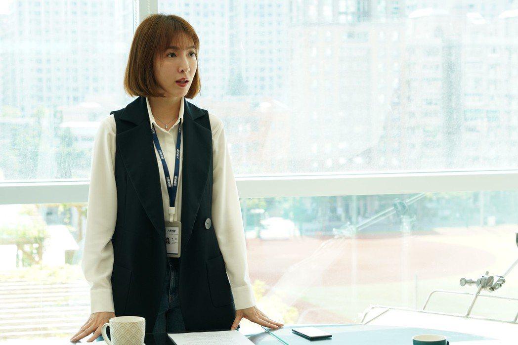 楊謹華在「鏡子森林」飾演「火線新聞」報社的記者「高明」。圖/民視提供