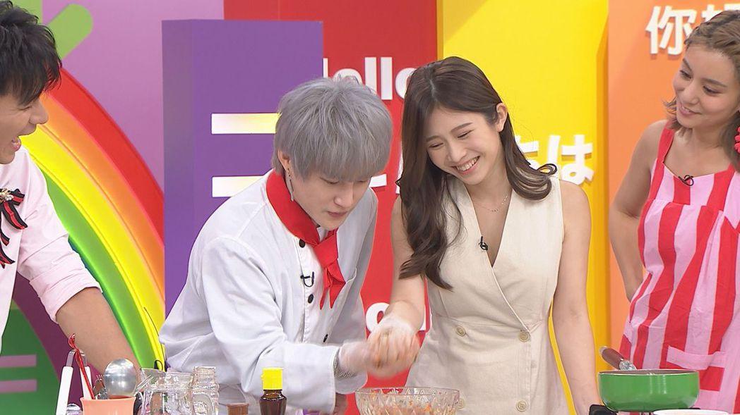 韓國新住民Honey(左)教雞排妹做菜。圖/八大提供
