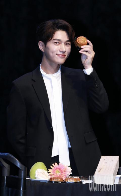 韓星金明洙再度來台舉辦粉絲見面會,會前接受訪問時,特別嘗試主辦單位準備的月餅、柚子等中秋應景食物,讓他大呼有趣。
