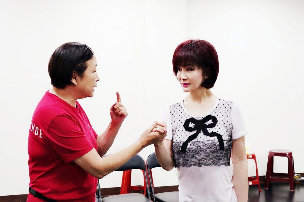 方芳(左)為潘迎紫講解舞台上男女主角第一次牽手、眼神觸電的感覺要如何詮釋。圖/全