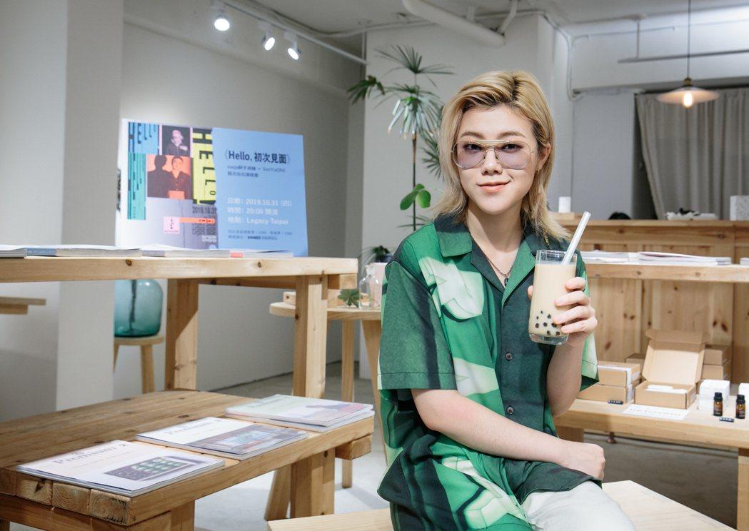 昭允喝珍珠奶茶。記者曾原信/攝影
