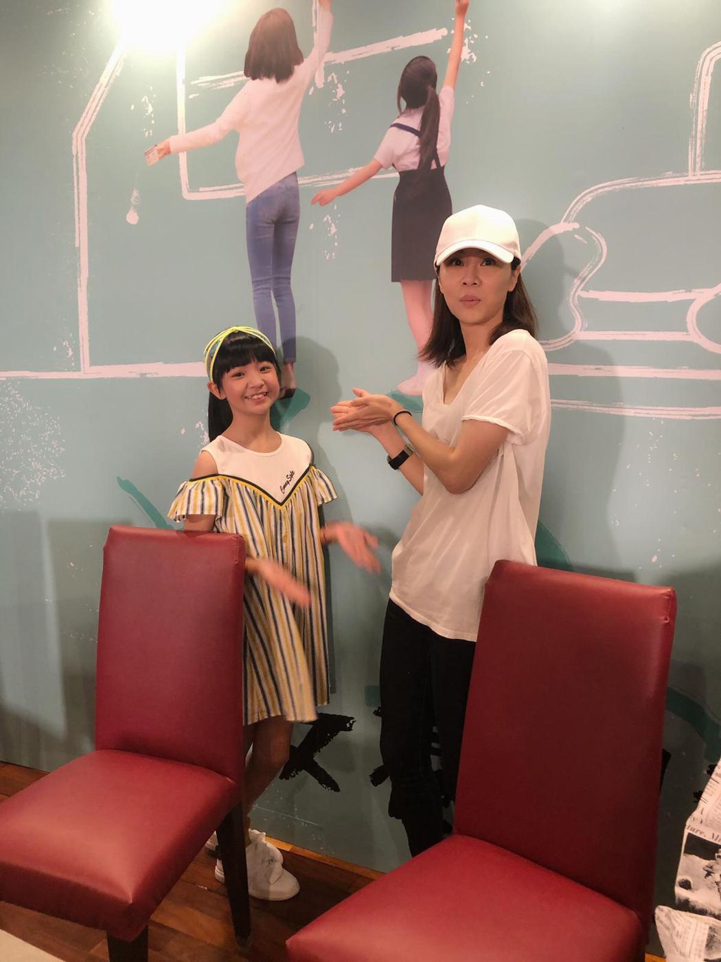 大小嘉玲謝盈萱(右)、吳以涵相見歡。圖/華視提供