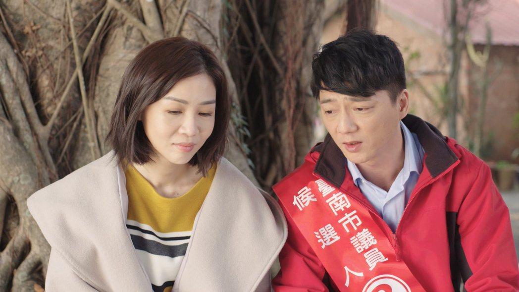 謝盈萱(左)與藍葦華在「俗女養成記」結局擁吻交往。圖/華視提供
