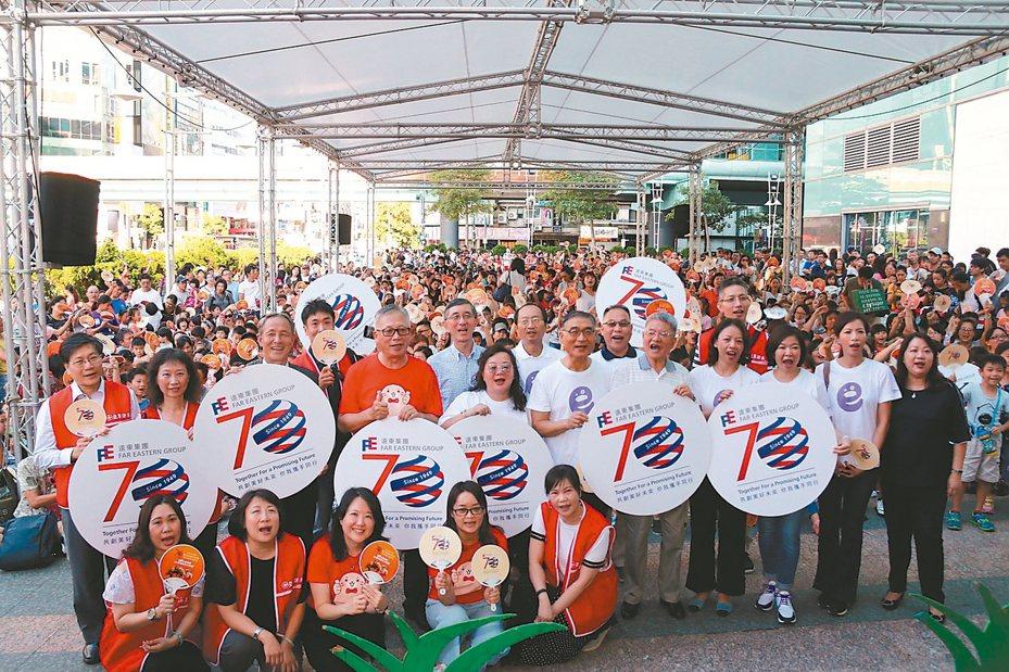 遠東商銀、亞東證券、遠東巨城購物中心主辦「遠東兒童故事節」,與上千名親子檔在SOGO復興館歡度周末。 圖/遠東集團提供
