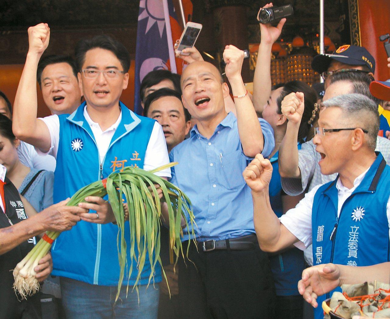 國民黨總統參選人韓國瑜(中)昨一整天在彰化縣參拜八個宮廟,支持者送上代表好運的青...