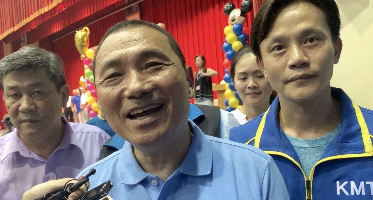 新北市長侯友宜(中)昨表示,「我二哥不是柯P,也不是賴神,也不是陳建仁。」記者張...
